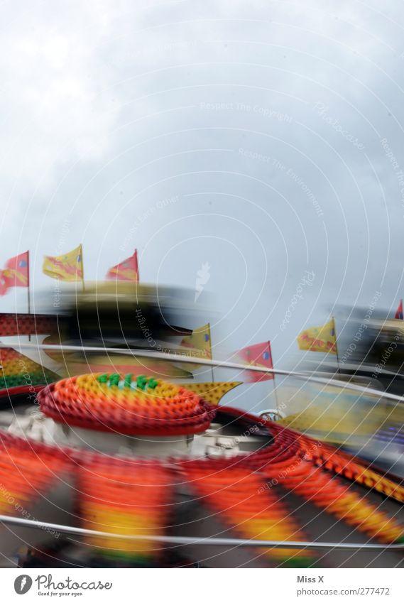 Farbrausch Jahrmarkt Himmel Geschwindigkeit mehrfarbig Freude Fahrgeschäfte Geschwindigkeitsrausch Fahne Licht fahren Bewegung Farbfoto Außenaufnahme