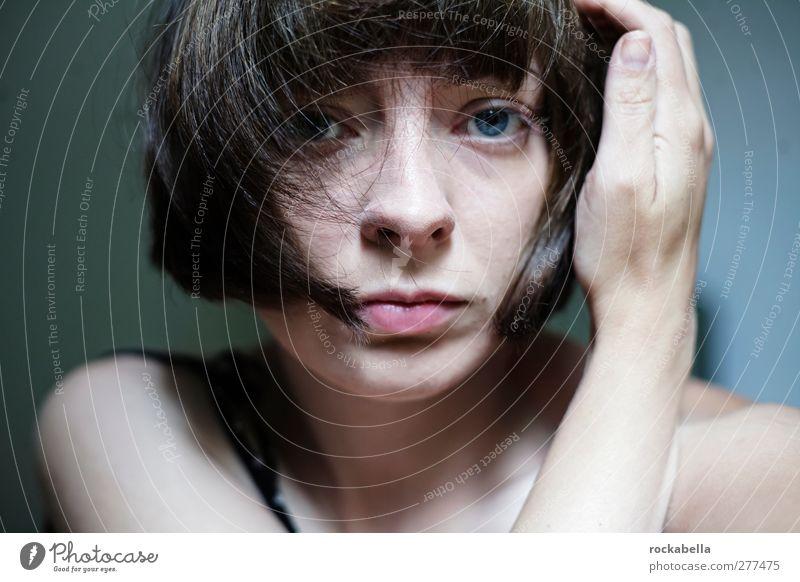 Porträt Frau feminin Junge Frau Jugendliche 1 Mensch 18-30 Jahre Erwachsene schwarzhaarig brünett kurzhaarig Pony authentisch schön einzigartig Unlust Schmerz