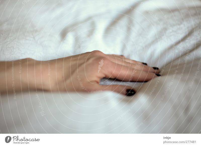 probeliegen ... Frau weiß Hand ruhig Erwachsene Erholung Gefühle Gesundheit Zufriedenheit Gesundheitswesen Häusliches Leben Pause Bett berühren Wohlgefühl