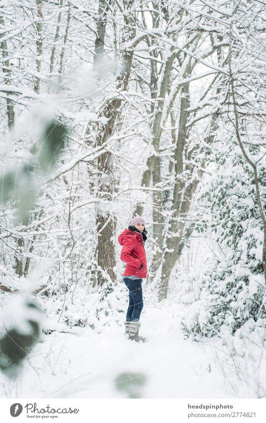 Frau mit roter Jacke im Schnee (Wald) Freude Leben Winterurlaub Berge u. Gebirge wandern feminin Junge Frau Jugendliche Erwachsene 1 Mensch Umwelt Natur
