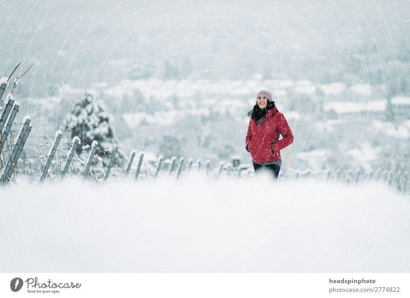 Frau mit roter Jacke in verschneiter Winterlandschaft feminin Junge Frau Jugendliche Erwachsene 1 Mensch Natur Landschaft Schnee Schneefall Feld Wald Hügel weiß