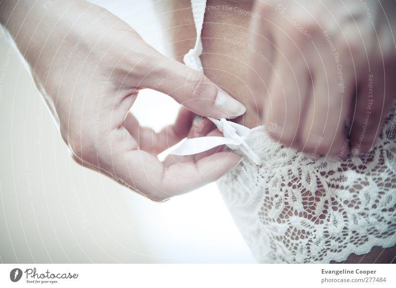 Hochzeit Dessous Close-Up Körper feminin Frau Erwachsene Hand Beine 1 Mensch Strümpfe Unterwäsche hell Erotik weiß Glück Vorfreude Farbfoto mehrfarbig