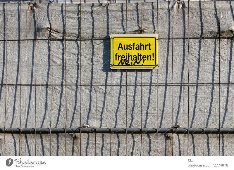 ziviler ungehorsam gelb lustig Wege & Pfade Verkehr Schriftzeichen Kommunizieren Schilder & Markierungen Hinweisschild Wut Zaun Konflikt & Streit Barriere