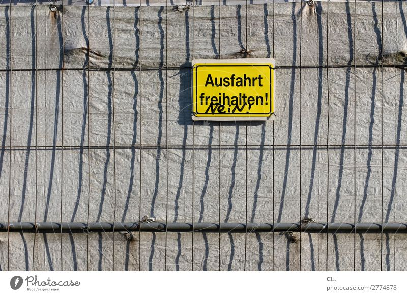 ziviler ungehorsam Verkehr Verkehrswege Zaun Barriere Schriftzeichen Schilder & Markierungen Hinweisschild Warnschild Verkehrszeichen lustig rebellisch gelb Wut