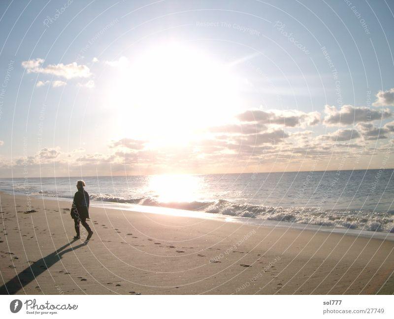 Strandwanderer im Herbst Mensch Wasser Sonne Meer Strand Einsamkeit Ferne Sylt
