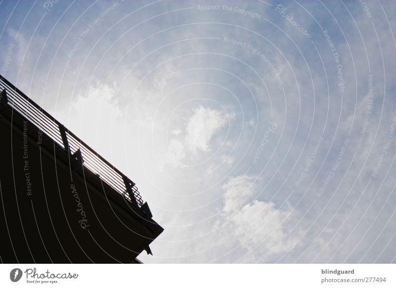 Spring Himmel Wolken Sonne Sonnenlicht Schönes Wetter Wind Gebäude Architektur Balkon Beton Metall oben trist blau schwarz weiß ästhetisch Neigung Linie Ecke