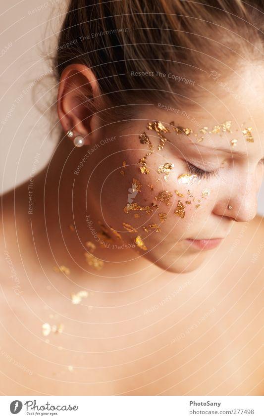 Nicht alles was glänzt ist Gold. Mensch Jugendliche feminin Gefühle Junge Frau hell Stimmung gold glänzend Gold Nase Ohr Lippen Ohrringe