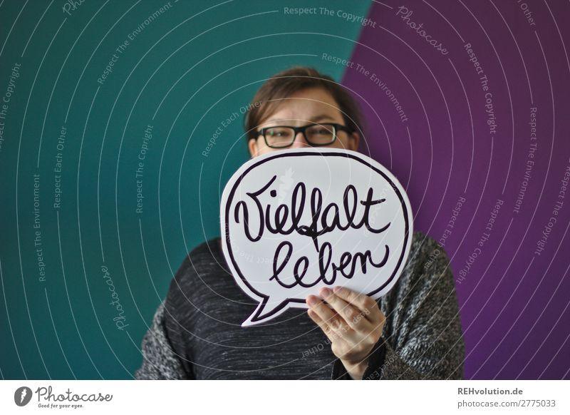 Frau hält eine Sprechblase Lifestyle Freude Glück Mensch feminin Erwachsene 1 30-45 Jahre Kultur Schriftzeichen Schilder & Markierungen Hinweisschild Warnschild