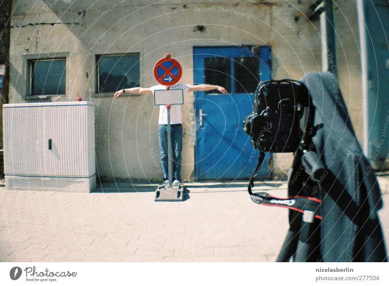 Behind the scenes Freizeit & Hobby Spielen Fotokamera Mensch maskulin Junger Mann Jugendliche Erwachsene 1 18-30 Jahre Industrieanlage Mauer Wand Fassade