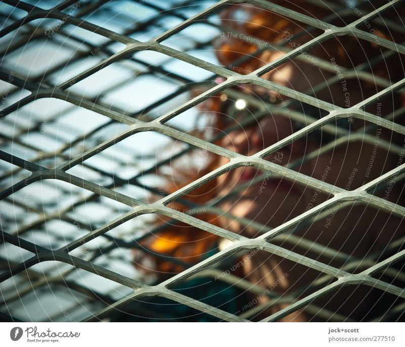 Diagonal Mensch Frau dunkel Erwachsene Traurigkeit Linie Kopf Metall 45-60 Jahre Streifen Schutz nah Müdigkeit Irritation langhaarig eckig