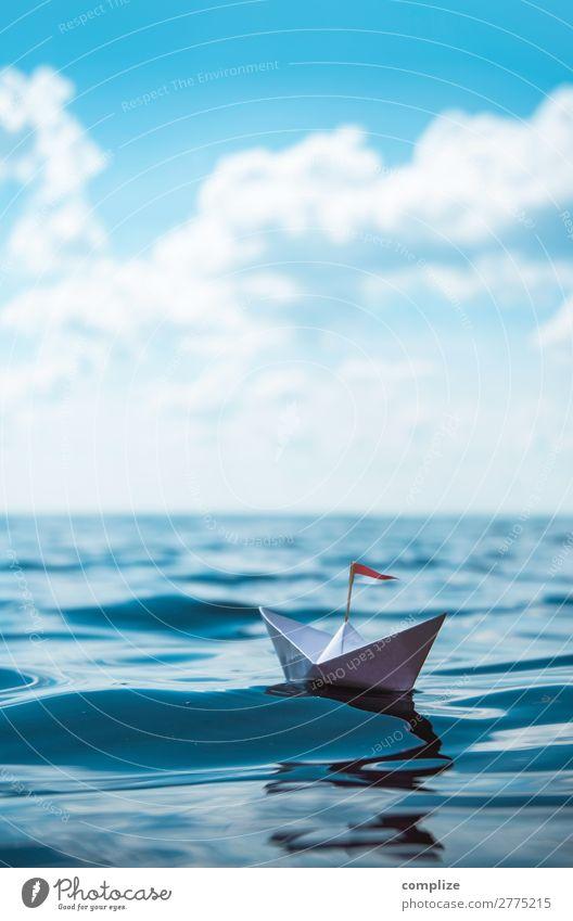 Kleines Papierschiff auf großer Fahrt Ferien & Urlaub & Reisen Natur blau Wasser Sonne Meer Reisefotografie Ferne Strand Umwelt Küste Spielen Wasserfahrzeug