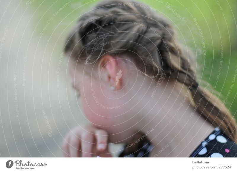 Hiddensee | Nicht jetzt. Mensch feminin Kind Kindheit Leben Kopf Haare & Frisuren Ohr Hand 1 8-13 Jahre Garten Park Wiese Bewegung Farbfoto Gedeckte Farben