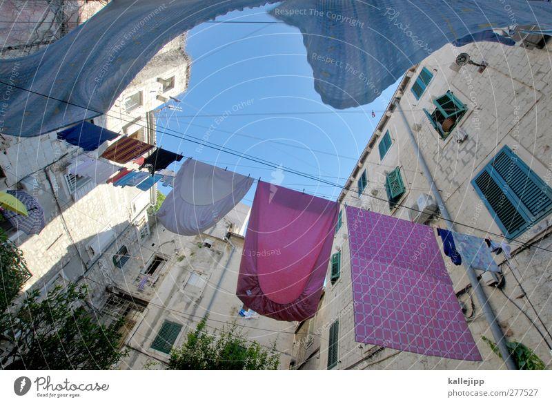 das bisschen haushalt Stadt Altstadt Haus Mauer Wand Fenster Bekleidung Stoff frisch rosa Wäsche Wäscheleine trocknen Wäscheklammern Innenhof Himmel (Jenseits)