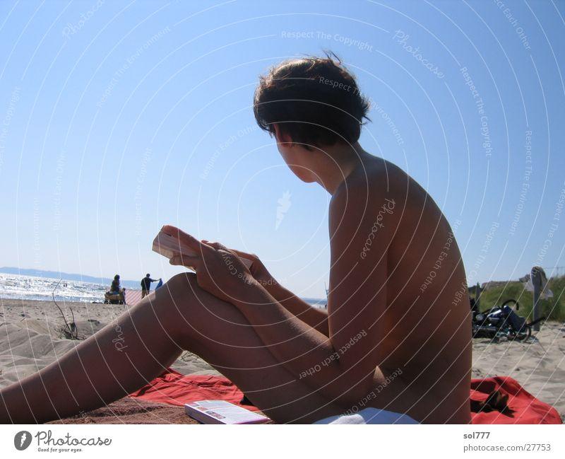 Amelie auf Rügen Frau Sonne Meer Strand nackt Denken Buch Mensch Medien