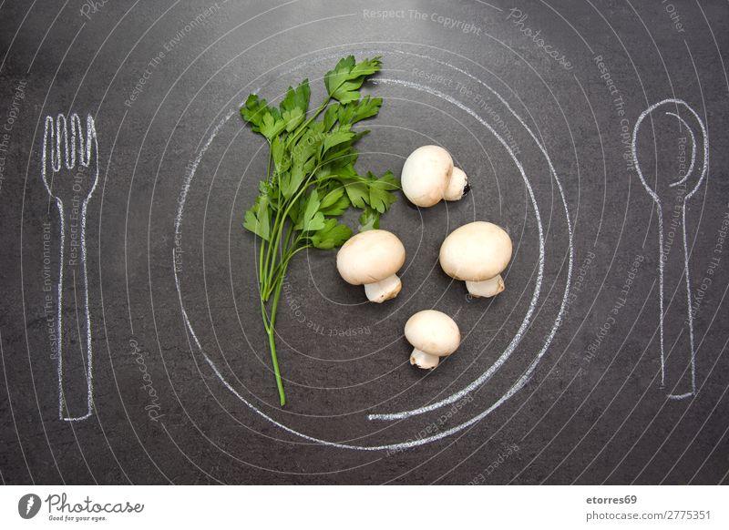 Pilze und Petersilie auf Schieferplatte. Majoran Vorbereitung ganz weiß horizontal Salbei schwarz Kräuter & Gewürze Küchenkräuter roh Oregano Rosmarin dunkel