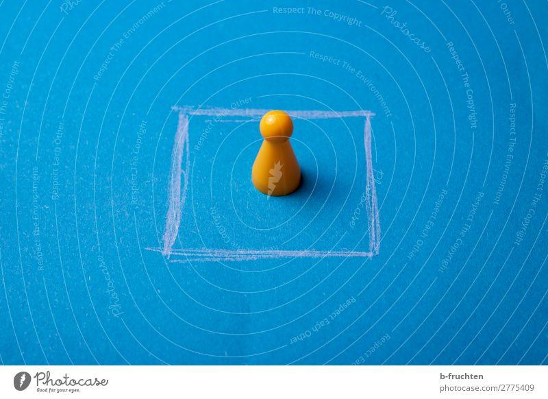 einrahmen Arbeitslosigkeit Spielzeug Kunststoff Linie Denken blau gelb Quadrat einsperren Einsamkeit gefangen Spielfigur Figur umrandet Grenze geschlossen