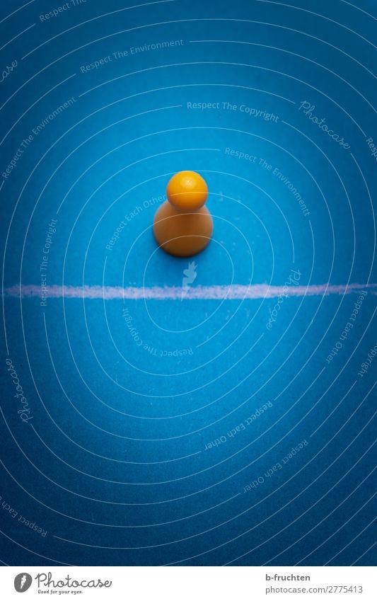 Grenzgänger Spielzeug Zeichen Linie wählen beobachten Bewegung stehen warten blau gelb Vertrauen Sicherheit Konkurrenz Trennung Spielfigur Grenze einzeln