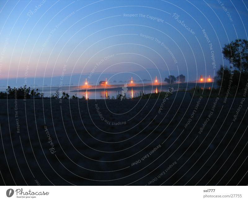 aufzeiehender Nebel und Nacht an der Elbe Haus Fluss Elbe unheimlich