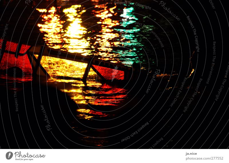Surfer im Lichtspiel Meer schön gelb rot Leidenschaft Farbfoto Außenaufnahme Textfreiraum rechts Textfreiraum unten Nacht Kunstlicht Kontrast Silhouette