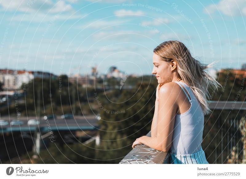 junge Frau auf Balkon Lifestyle Freude Glück schön Zufriedenheit Erholung Freizeit & Hobby Sommer Student Junge Frau Jugendliche Erwachsene Brücke blond