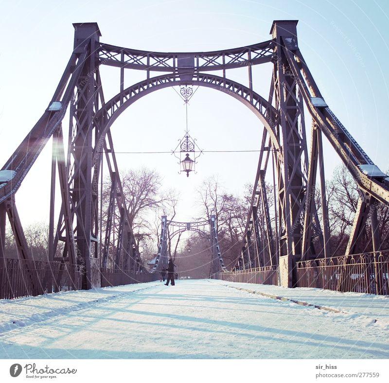 Eiskalt übergangen Brücke Tunnel Fußgänger Straße Metall Stahl ästhetisch blau violett weiß Sehnsucht Heimweh Erwartung Traurigkeit Trennung