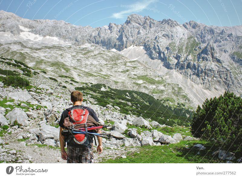 auf Wanderschaft Mensch Himmel Natur Jugendliche Ferien & Urlaub & Reisen grün Sommer ruhig Erwachsene Landschaft Berge u. Gebirge Gras grau Junger Mann Felsen