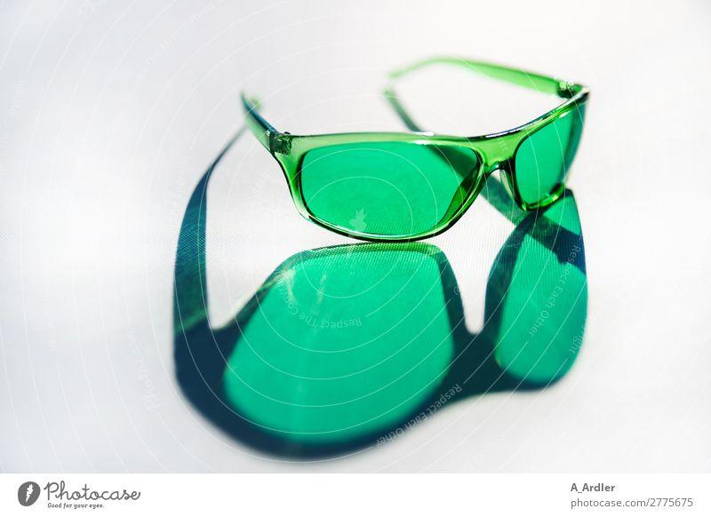 grüne Brille Lifestyle elegant Stil Design schön Sommer Sommerurlaub Sonne Sonnenbad Strand Meer Frühling Schönes Wetter Mode Accessoire Sonnenbrille Kunststoff