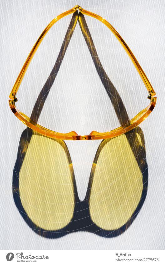 gelbe Sonnenbrille mit Schatten Lifestyle Stil Design lesen Ferien & Urlaub & Reisen Sommer Sommerurlaub Fahrradfahren Mode Accessoire Brille Kunststoff Blick