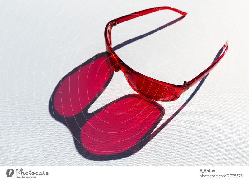 coole Sonnenbrille in rot Lifestyle kaufen Stil Design schön Freizeit & Hobby Ferien & Urlaub & Reisen Sommer Sommerurlaub Sonnenbad Kunst Mode Accessoire