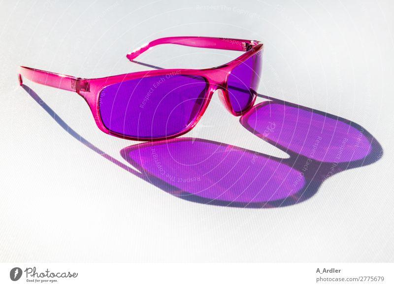Sonnenbrille Lifestyle kaufen Reichtum elegant Stil Design Freizeit & Hobby lesen Ferien & Urlaub & Reisen Tourismus Ausflug Sommer Sommerurlaub Sonnenbad Party