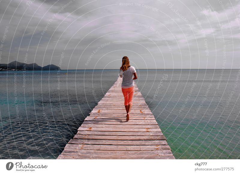 Sea Walking feminin Junge Frau Jugendliche Erwachsene 1 Mensch Wasser Meer gehen laufen Farbfoto Gedeckte Farben Außenaufnahme Textfreiraum oben Tag Totale