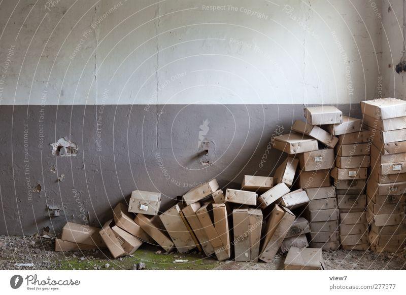 jeder nur eine Schachtel! alt Einsamkeit Ferne Wand Innenarchitektur Mauer braun Häusliches Leben Ordnung dreckig authentisch Beginn einfach retro