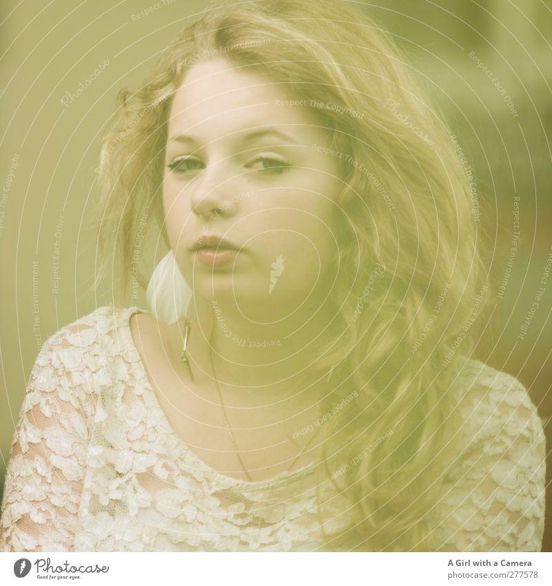 things can only get better Mensch Jugendliche schön Gesicht feminin Junge Frau Haare & Frisuren blond Coolness einzeln Locken langhaarig ernst skeptisch Frauengesicht Misstrauen
