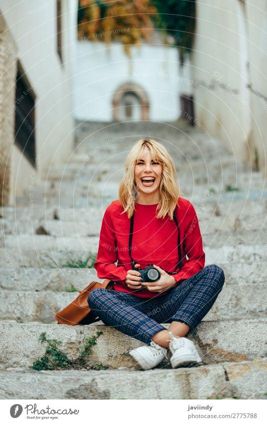 Frau fotografiert mit einer alten Kamera Lifestyle Stil Glück schön Haare & Frisuren Freizeit & Hobby Ferien & Urlaub & Reisen Tourismus Fotokamera Mensch