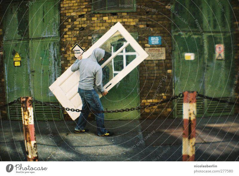 Auf dem Weg zur Chamancinco Mensch Mann Jugendliche Erwachsene Haus Wand Spielen Mauer Junger Mann Körper Arbeit & Erwerbstätigkeit Raum Tür 18-30 Jahre außergewöhnlich Kraft