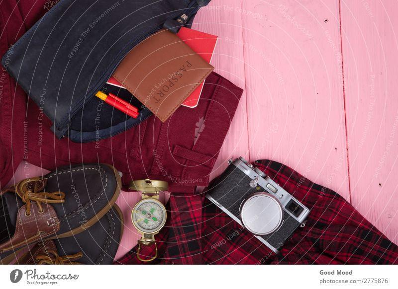 Touristische Dinge - Tasche, Reisepass, Kamera, Kompass, Schuhe, Hemd, etc. Lifestyle Ferien & Urlaub & Reisen Tourismus Ausflug Schreibtisch Tisch Business
