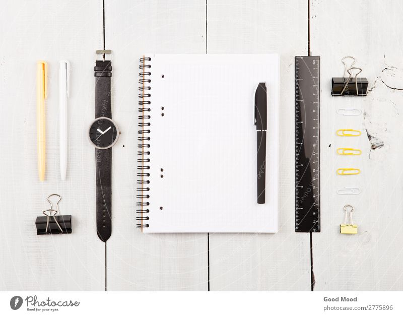 Arbeitsplatz mit Notizblock, Uhr, Stifte und andere Büroartikel lesen Schreibtisch Tisch Arbeit & Erwerbstätigkeit Business Papier Schreibstift Holz Linie