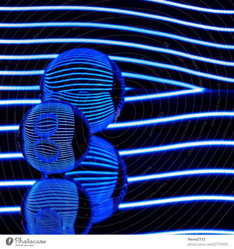 Blue reflections II Kunst rund blau Kugel Glaskugel Reflexion & Spiegelung Leuchtdiode Lichtmalerei Streifen Linie Farbfoto Innenaufnahme Studioaufnahme