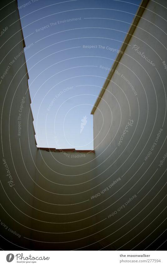 mit ecken und kanten Himmel blau weiß Sommer schwarz Haus Wand Gefühle Mauer Stimmung braun leuchten Schönes Wetter Dach bedrohlich Vergänglichkeit