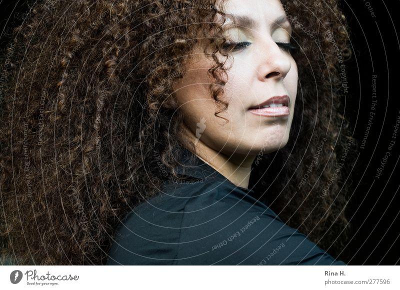 Relax Mensch Frau Erwachsene Gesicht 1 30-45 Jahre Haare & Frisuren brünett langhaarig Locken Afro-Look Erholung Lächeln träumen exotisch schön Zufriedenheit