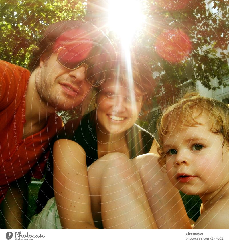 Liebe, Sonne und Familie Mensch Jugendliche grün Sommer Baum Sonne Freude Mädchen Erwachsene Junge Frau Glück Junger Mann Paar Familie & Verwandtschaft Park Zusammensein