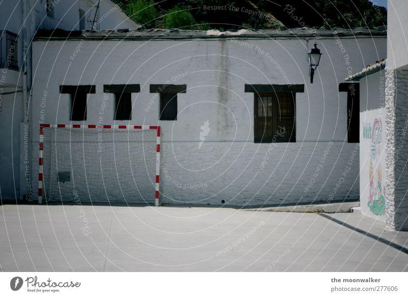 Hinterhoftore weiß rot schwarz Haus Fenster Sport Wand grau Mauer Fußball Freizeit & Hobby Erfolg Schulgebäude Freundlichkeit Dorf sportlich