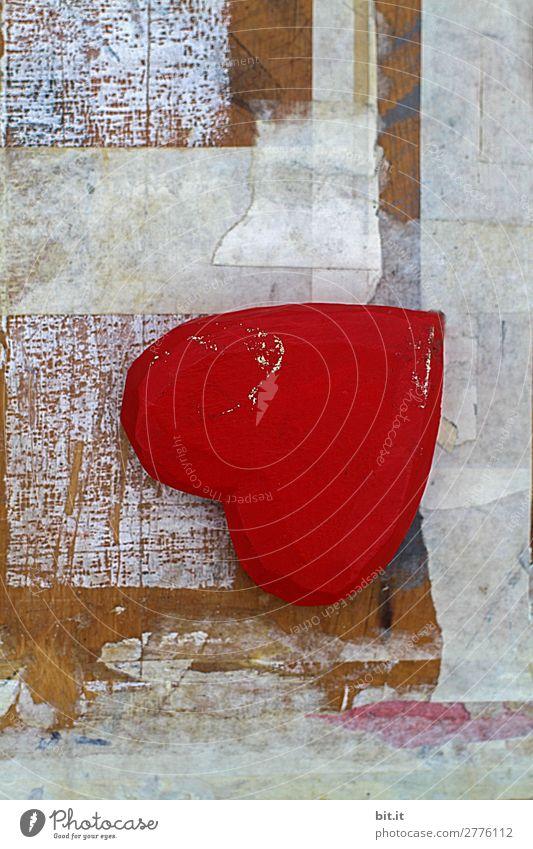 Rotes Herz aus Holz mit Stil liegt als Stillleben, verkehrt rum auf einem alten, grafischen, trashigen, weissem Kunst-Hintergrund aus Holz, Farbe und Papier.