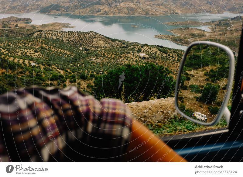 Getreideperson, die im Auto unterwegs ist. PKW Landschaft reisend Berge u. Gebirge Mensch Fernweh träumen Reflexion & Spiegelung