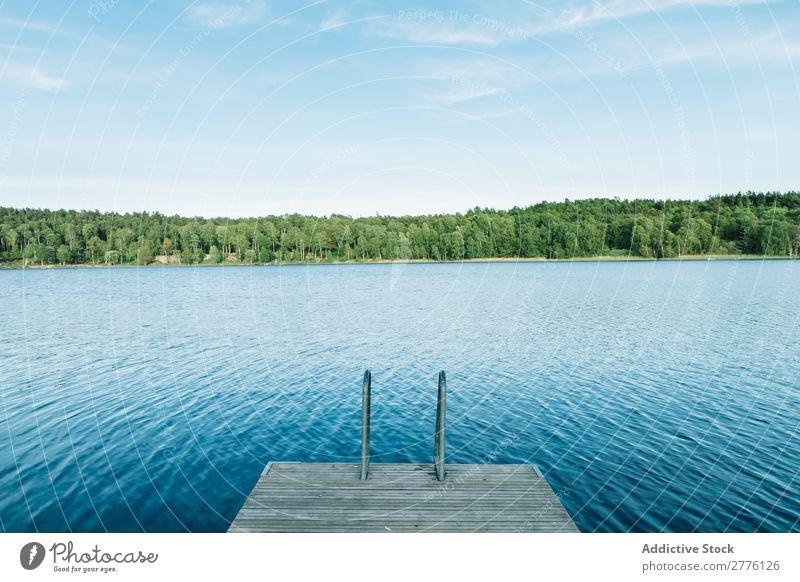 Holzpfeiler und blauer See Anlegestelle Wasser Küste Landschaft Natur