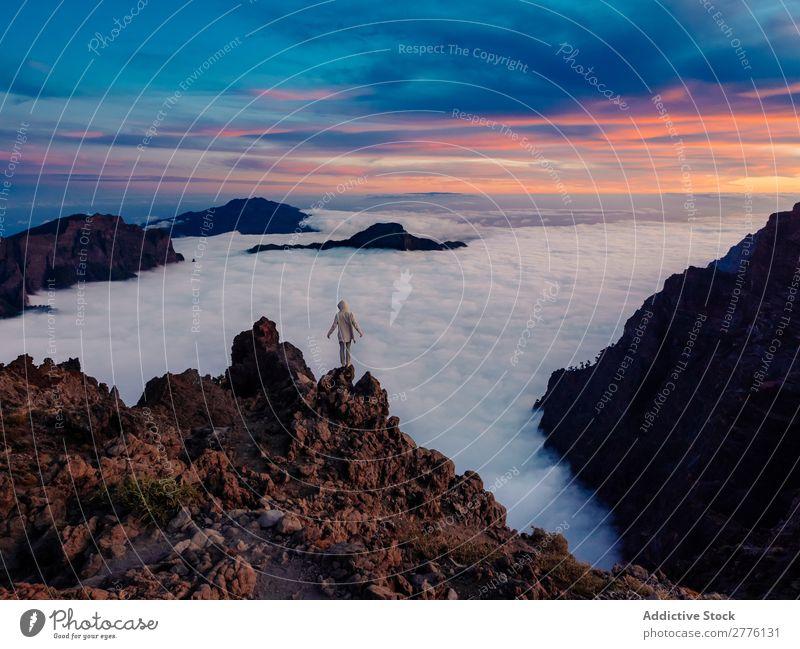 Person auf hoher Klippe über Wolkenº. Mensch Reisender Berge u. Gebirge träumen ruhig Natur geheimnisvoll Erkundung Ferien & Urlaub & Reisen malerisch Tourismus