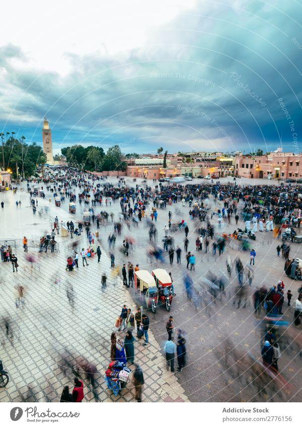 Menschen auf dem Platz in Marrakesch, Marokko Skyline Quadrat Menge Wolkendecke in Bewegung Stadt Touristen Architektur Großstadt Aussicht Dämmerung