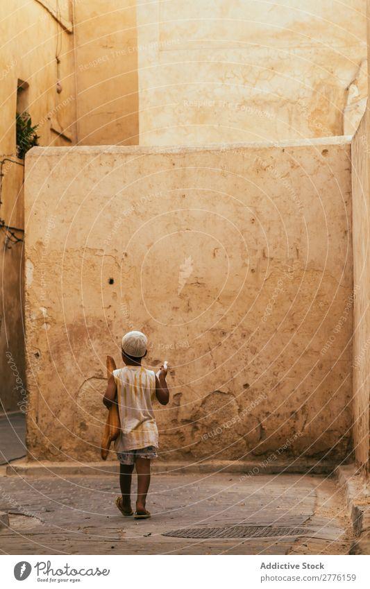 Schwarzer Junge, der durch die Straßen läuft. Stadt Kind Tradition Lifestyle exotisch alt Kultur Architektur Township Kindheit Ferien & Urlaub & Reisen Stein