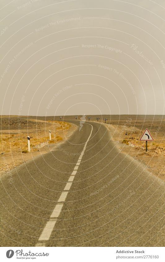 Lange Straße in der Ebene Gelände abgelegen Landschaft Wüste gepflastert Wege & Pfade Natur Szene Autobahn Ferien & Urlaub & Reisen Ausflugsziel erkunden