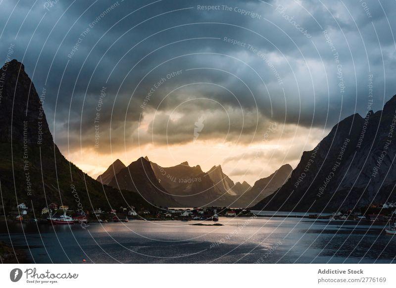 Malerische Berglandschaft Berge u. Gebirge Wohnsiedlung Lagune Szene Ferien & Urlaub & Reisen Tourismus Dorf Panorama (Bildformat) Natur Außenaufnahme